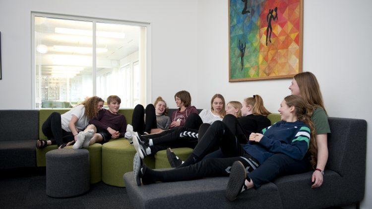 Eleverne slapper af med hinanden i sofaen
