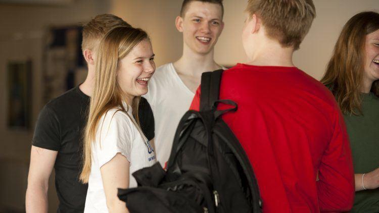 Der er pause, og eleverne snakker sammen på gangen