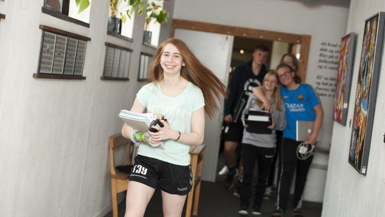 Pige på vej til undervisning på Lyngs Idrætsefterskole